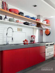 Feito a pedido de um publicitário que adora se arriscar no fogão no fim de semana, o espaço gourmet projetado pelas arquitetas Olivia Messa e Luciana Penna, do escritório Messa Penna, não poupou em irreverência.