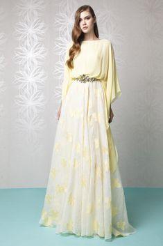 Pastel Amarillo vestido de una línea con un top y bateau escote Georgette kimono, y adornado con un accesorio de correa en la falda floral Gazar cloque.