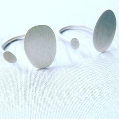 anillo dots abierto plano / flat dots U ring / anello piano aperto U. #etsy #handmadejewelry #jewelryworkshop #etsysuccess #etsyhunt #bijoux #schmuck #jewelry #joyeria #etsygi