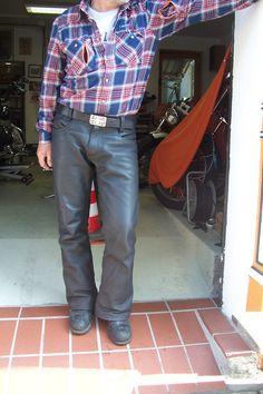 Hier ist die maßgefertigte Bikerlederhose am Mann vor seinen Motorrädern