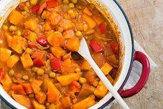 Deze vegetarisch curry is heerlijk mild van smaak. De curry is mooi gevuld met zoete aardappels, kikkererwten, paprika en natuurlijk Indaise kruiden. Dit alles is omhuld door een lekker romige saus van onder andere kokosmelk. Serveer de curry met wat rijst en je zet binnen het uur een heerlijke Oosterse maaltijd op tafel.