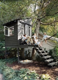 Previous pinner wrote: A really simple and doable tree house that would grow with the kids