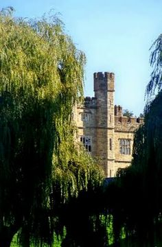 Leeds Castle in Maidstone, Kent in England. The name Leeds originates from the name of a chief minister of King Ethelbert . Leeds Castle, England, Mansions, House Styles, Castles, Manor Houses, Villas, Mansion, English