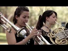 Una orquesta da un concierto sorpresa en un parque. Poco a poco muchas personas se acercan atraídas por una melodía conocida por todos; el 'Mediterráneo' de ...
