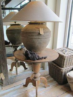 Ronde tafel met grote lamp