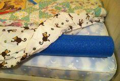 Mamme, bimbi, da oggi niente più paura di cadere dal letto durante il sonno. Tutto ciò che occorre è un tubo di polesterolo (tipo quelli galleggianti che si usano al mare), inserito tra il materasso ed il lenzuolo.