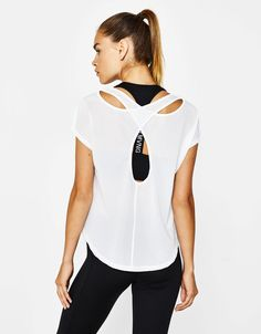 Camiseta sport espalda cruzada. Descubre ésta y muchas otras prendas en Bershka con nuevos productos cada semana