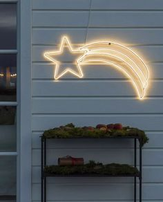 Fin LED silhuett fra Konstsmide med ropelight i form av en komet festet på metallramme. Veggdekorasjonen er 82 cm bred og har 384 varmhvite LED. Heng den på husveggen og sett stemningen for vinteren!