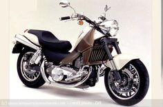 Concept Bike Honda Bosscat – 2000 : Custom ou maxi-scooter, Honda aime proposer des concepts à mi-chemin entre les catégories et le Boss Cat en est un des nombreux exemples.