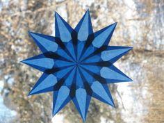 Bringen Sie einige schöne Farbe in Ihren Tag! Dieser Waldorf inspirierte Fenster-Stern werden Ihre Fenster erhellen. Wenn Sie Ihren Stern in einem sonnigen Fenster platzieren, wirkt das Spezialpapier Glasmalerei glühend, die recht hübsch ist. Ich mache die Stars von Hand-faltbare kleine Quadrate aus Papier, überlagert das gefaltete Papier, und dann kleben sie zusammen, um verschiedene Muster zu erstellen. Jeder Punkt beinhaltet 9 verschiedene Falten. Mit 16 Punkten... ist 144 Falten um diese…
