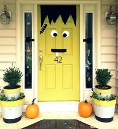 These outdoor Halloween decorations will trick (or treat! Our cheap DIY Halloween yard decor ideas are sure to put a spell on them, from spooky door decorations to creatively carved pumpkins! Halloween Veranda, Fete Halloween, Halloween Festival, Outdoor Halloween, Holidays Halloween, Halloween Crafts, Cheap Halloween, Halloween College, Paper Halloween