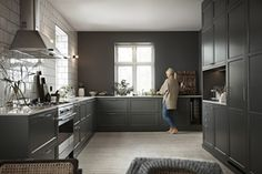 Jubileumsfargen grønngrå i et nydelig stort kjøkken - Gastro Dark Kitchen, Rustic Kitchen, Home, Kitchen Design Small, Home Kitchens, Rustic Modern Kitchen, Kitchen Design, Diy Kitchen, Wood Interior Design