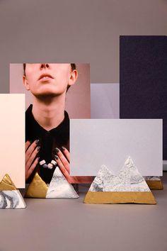 lav i forskellige niveauer op ad så fotos kan fylde opad i rummet. Fimo marble effect / Gold spray / Baked at 110 degrees Celsius
