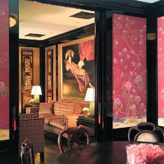 loving the chinoiserie panels inset into black lacquer.