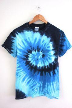 ocean swirl tie dye diy best tie dye designs tie dye a colored shirt Tye Dye, Fête Tie Dye, Tie Dye Party, Bleach Tie Dye, How To Tie Dye, Blue Tie Dye Shirt, Blue T Shirt, Designs Tie Dye, Camisa Tie Dye