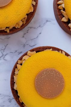 En fantastisk opskrift, med dertilhørende udførlig guide, så du nemt og hurtigt kan forer små tærtedeje med mørdej, og lave smukke portions anrettede tærter! Tærterne indeholder en skøn og frisk passionsfrugtmousse og en syndig karamelmidte.  Forme og de fleste ingredienser, inkl. Velvet spray, kan købes hos Bagetid.dk. Guide, Desserts, Food, Blogging, Tailgate Desserts, Dessert, Postres, Deserts, Meals
