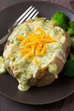 Batata assada com queijo e brócolis