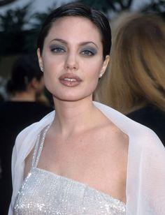 Angelina Jolie: Repasamos 40 de sus 'looks' más icónicos - Foto 2 90s Makeup Look, Beauty Makeup, 1990s Makeup, Grunge Makeup, Grunge Hair, Angelina Jolie 90s, Eye Makeup Pictures, Fran Fine, Celebrity Makeup Looks