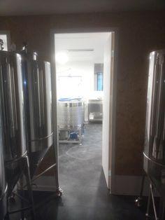 De brouwzaal vanuit de gistkast met de Speidel Braumeister 200 liter en 9 vergisters van 300 liter.