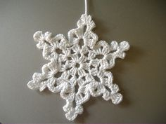 Crochet Ornaments, Xmas Ornaments, Crochet Crafts, Yarn Crafts, Knit Crochet, Christmas Decorations, Crochet Ideas, Crochet Snowflake Pattern, Christmas Crochet Patterns