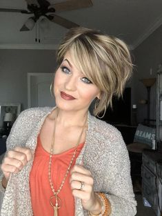 Sensational Short Layered Hairstyles With Bangs for Women to Look Young and Pretty frisuren frauen frisuren männer hair hair styles hair women Layered Bob Hairstyles, Bob Hairstyles For Fine Hair, Trending Hairstyles, Short Hairstyles For Women, Messy Hairstyles, Bangs Hairstyle, Short Layered Haircuts, Short Wavy, Bob Haircuts