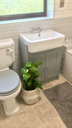 Small Cheap Bathroom Makeover - If you reside in a small home chances are you've got the same problem as millions of people who struggle with ideas for remodeling a small bathroom. Modern Master Bathroom, Bathroom Design Small, Bathroom Layout, Bathroom Interior Design, Cheap Bathrooms, Upstairs Bathrooms, Downstairs Bathroom, Cheap Bathroom Makeover, Cottage Shabby Chic