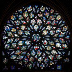 Vue générale de la rose - Gros plan sur la grande rosace de l'Apocalypse, qui rayonne de nouveau en vis-à-vis de l'abside. Elle a été réalisée au XVe siècle.