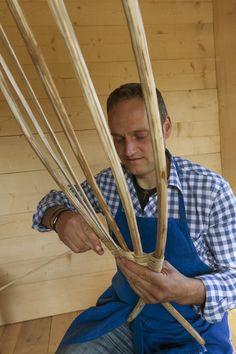 """Das wichtigste """"Werkzeug"""" von Erhard Paris vom Oberhof in Ulten sind seine Hände! Daraus fertigt er einzigartige Körbe, Lampen und Taschen. Roter Hahn - Südtirol"""