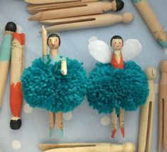 DIY Pom Pom Angels: combining pompoms and wooden clothes pegs in one Christmas ornament