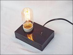 Tolle und originelle Handemade Tischleuchte im retro-Stil.  Die Lampe ist ein schönes Accessoire für Ihren Schreibtisch, Schlafzimmer oder anderen schönen Ecken Ihres Hauses. Der Ständer besteht aus behandeltes Holz Beizen und Lackieren.  Lampe enthält die Lampe auf dem Foto.  Video https://www.youtube.com/watch?v=L7mWjXUGz2U  Abmessungen Stand -13 x 8,5 x 3,5 cm Hülse überschreitet einen stand -Ca. 1,5 cm  Technische Daten Technische Daten Stromkabel -Länge 277 cm -Farbe schwarz  Socket…