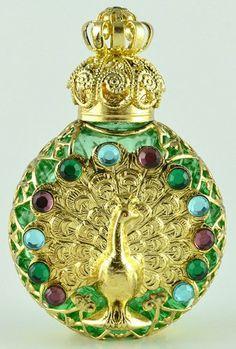 Peacock on Green Perfume Bottle Antique Perfume Bottles, Vintage Perfume Bottles, Parfum Mademoiselle, Perfumes Vintage, Beautiful Perfume, Bottle Art, Potion Bottle, Peacocks, Fragrance