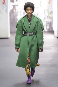 Preen's Enormous Green Coat - Trends Making a Comeback on the Runway - Photos Retro Fashion, Fashion News, Runway Fashion, Fashion Show, Fashion Outfits, London Fashion, Woman Fashion, 80s Trends, Green Coat