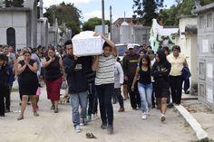 Crece la indignacion de los familiares de los 39 niños fallecidos en un incendio en un centro para menores de Ciudad de Guatemala ante la confusión y falta de información sobre el suceso