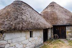 Piornedo e Cebreiro, Galizia  Un villaggio fatto interamente di case tonde col tetto di paglia. Queste strutture, risalenti al periodo preromano, sono state utilizzate fino a pochissimo tempo fa. Piornedo, paesino della sierra de los Ancares, e O Cebreiro, a Lugo, sono gli esempi meglio conservati.