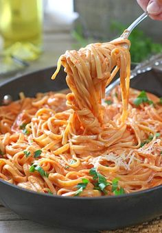 Sometimes a cuppa cream has gotta hit the pan! 5 Ingredients and 30 minutes is all it takes for this fabulous pasta dinner! recipes for dinner main dishes Pasta with Tomato Cream Sauce Vegetarian Recipes, Cooking Recipes, Healthy Recipes, Budget Cooking, Meatless Pasta Recipes, Quick Pasta Recipes, Delicious Pasta Recipes, Easy Recipes, Healthy Food