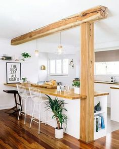 cuisine ouverte avec une poutre en bois apparente, idée pour renover sa cuisine ouverte