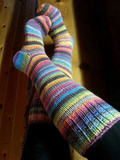 Räsymattosukat raitasukat naisen villasukat 7 veljestä sateenkaari ja harmaa-lila 4 krs vaihto Wool Socks, Knitting Socks, Knitting Projects, Knitting Patterns, Boot Toppers, Designer Socks, Leg Warmers, Bunt, Knit Crochet
