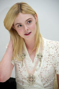 """Elle Fanning at the """"Trumbo"""" Press Conference at the Four Seasons. Dakota Fanning Y Elle, Fanning Sisters, Creamy Blonde, Lily Chee, Helen Mirren, Beautiful Hijab, Summer Hairstyles, Beautiful Actresses, Supermodels"""