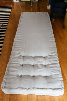 How to DIY a French Tufted Mattress So basteln Sie eine French Tufted Matratze Diy Mattress, French Mattress Cushion Diy, Diy Cushion Bench, Mattress Mattress, Tufted Bench, Diy Cushion Covers, Diy Tufted Headboard, Office Chair Cushion, Cushion Ideas