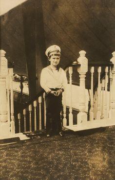 Reprodução de uma fotografia original de Tsarevich Alexei Nikolaevich no convés de HMY Alexandra. Ele está vestindo um terno de marinheiro e de pé no topo de uma escadaria. Em agosto 1909 Nicholas II, Imperador da Russia e sua família assistiram ao Cowes Regatta anual. Esta fotografia do Tsesarevich Alexei Nikolaevich foi tomada por um criado do Duke of Connaught.