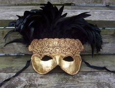 Pappmache Maske mit Federn und Stoff dekorieren