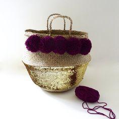 Thai basket with plum pompoms and golden sequins Diy Resin Crafts, Diy And Crafts, Arts And Crafts, Ikea Basket, Belly Basket, Basket Crafts, Ramadan Gifts, Diy Handbag, Ramadan Decorations