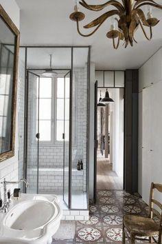 jolie salle de bain avec mur en carrelage blanc, cabine de douche brico depot