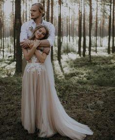 Damat geline sarılırken, ormanda düğün fotoğrafı pozu, dış mekan orman fotoğraf çekimi | Kadınca Fikir - Kadınca Fikir
