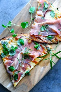 Lovely low carb pizza with cauliflower crust. Topped with Parma ham, blue cheese and slices of apples and last but not least lots and lots of fresh herbs. Healthy Cooking, Healthy Eating, Clean Recipes, Healthy Recipes, Pasta Salat, Good Food, Yummy Food, Cauliflower Crust Pizza, Recipes From Heaven