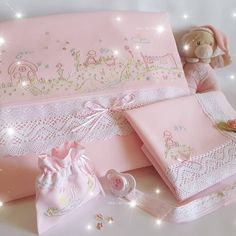 ~ Best Embroidery Baby Bedding Girls Ideas ~ This Pin was discovered by Fouziya Ziyard. Machine Embroidery Gifts, Embroidery On Clothes, Baby Embroidery, Embroidery Designs, Baby Applique, Baby Sheets, Baby Girl Bedding, Baby Sewing Projects, Baby Girl Crochet