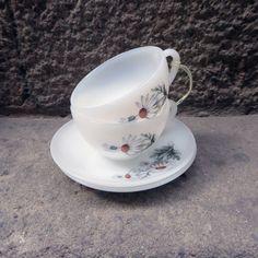 Preciosa pareja de tazas para café solo/cortado de la casa Arcopal de los años 70. Realizado en cristal blanco opalina y decorado con margaritasen su parte central. Todo un clásico de las vajillas de los décadas de los 60 y 70 en las casas francesas y españolas. En perfecto estado de conservación. Marcados en su …