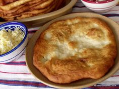 Langosi cu branza si marar   Savori Urbane Romanian Food, Romanian Recipes, Pastry And Bakery, Food And Drink, Pizza, Cooking Recipes, Sweets, Lunch, Meals