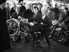 Amsterdam 1963. Annual Nieuwmarkt carnaval. Photo Ed van der Elsken #amsterdam #1963 #Nieuwmarkt