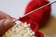 Crochet Edging dutch sisters: Tutorial: Recycled Christmas-card with crochet scallop edge Crochet Crafts, Crochet Yarn, Yarn Crafts, Crochet Stitches, Crochet Projects, Paper Crafts, Crochet Edgings, Love Crochet, Learn To Crochet